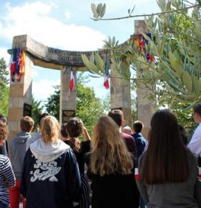 Castelnau sur l'Auvignon Monument aux morts.jpg