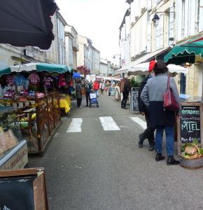 Lectoure jour de marché Rue Nationale.JPG