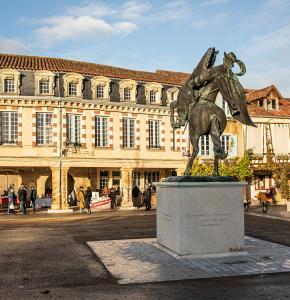 2 Les couverts de la mairie depuis la statue équestre de d'Artagnan 1bis 121220.jpg