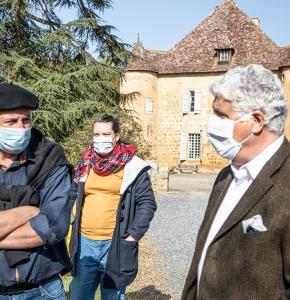 00 Philippe Martin avec Marc Ducournau devant le château de Sabazan 1 300321.jpg